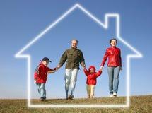 Laufende Familie im Traumhaus Stockfoto