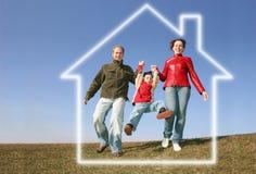 Laufende Familie im Traumhaus Stockbilder