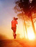 Laufende Frau des Sonnenaufgangs Lizenzfreie Stockbilder