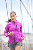 Laufende Frau, die in der Stadt rüttelt Lizenzfreie Stockbilder