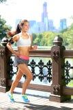 Laufende Frau, die zur Musik in New York City rüttelt Lizenzfreie Stockfotos