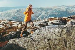 Laufende Frau im Freien im Bergreise-gesunden Lebensstil Stockfotografie