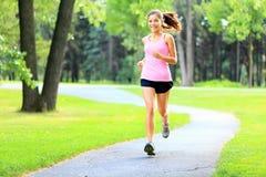 Laufende Frau im Park Stockbild