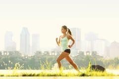 Laufende Frau im Stadtpark Stockfoto