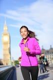 Laufende Frau in London nahe Big Ben Stockfotografie