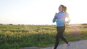 Laufende Frau Weiblicher Läufer, der während Trainings des im Freien rüttelt stock footage