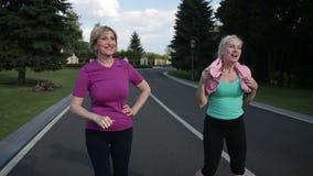 Laufende Frauen, die Hoch fünf nach der Ausbildung geben stock video