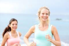 Laufende Frauen - weibliche Läufer auf Strand Lizenzfreie Stockfotos