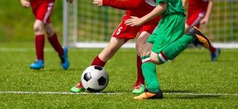 Laufende junge Fußball-Fußball-Spieler lizenzfreies stockbild
