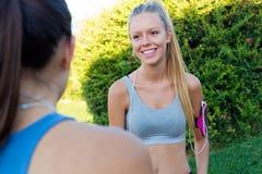 Laufende Mädchen, die Spaß im Park haben Stockfotos