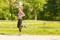 Laufende rüttelnde Frau stockbilder