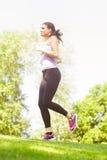 Laufende rüttelnde Frau lizenzfreies stockfoto