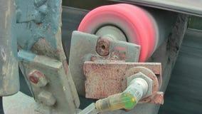 Laufende Rolle mit einem Transportband Das Band wird durch eine rote Metallrolle verdreht stock video