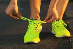 Laufende Schuhe Barfüßig Nahaufnahme der laufenden Schuhe Weiblicher Athlet ty Stockfotos