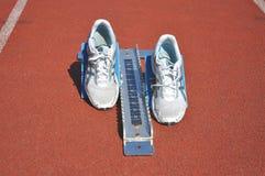 Laufende Schuhe an der Spur lizenzfreies stockbild