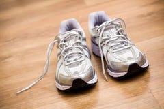 Laufende Schuhe nach Training an der Gymnastik stockbilder