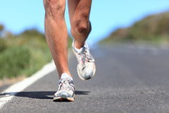 Laufende Schuhe - Seitentriebsfahrwerkbeinnahaufnahme Stockbild