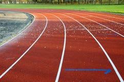 Laufende Spur des Athletiksport-Stadions zeichnet Markierungen Stockbilder