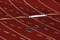 Laufende Spur mit einer Hürde Stockfotografie