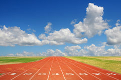 Laufende Spur mit Wolken Stockfotos