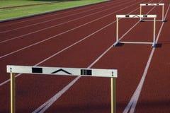 Laufende Spuren mit drei Hürden stockfotografie