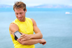 Laufende Trainingsmusik auf Smartphone-APP - Läufer Stockbild