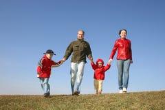 Laufende vierköpfige Familie Stockbild