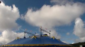 Laufende weiße Wolken über Zirkuszelt stock video