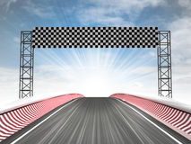 Laufende Ziellinieansicht der Formel mit Himmel Stockbilder