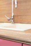 Laufender Hahn in der modernen Küche-Wanne und dem Hahn lizenzfreie stockfotos