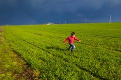 Laufender Junge Stockfoto