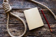 Laufender Knoten und eine Selbstmordanmerkung stockbilder