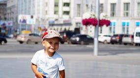 Laufender lächelnder Junge Lizenzfreies Stockfoto