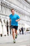 Laufender Läufermann, der in Venedig rüttelt stockfoto