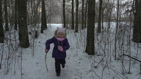 Laufender Mädchenjugendlicher haben SpaßFreizeit im Winterwald stock video footage