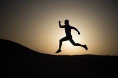 Laufender Mann auf Gebirgsnaturlandschaft auf Himmelhintergrund Stockfoto