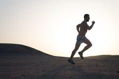 Laufender Mann auf Gebirgsnaturlandschaft auf Himmelhintergrund Stockfotografie