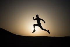 Laufender Mann auf Gebirgsnaturlandschaft auf Himmelhintergrund Stockfotos