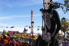 Laufender Mann in einer Klage eines Skeletts Lizenzfreie Stockfotos