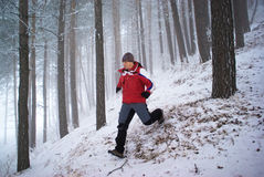 Laufender Mann im Wintergebirgswald Lizenzfreies Stockfoto