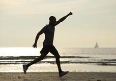 Laufender Mann mit dem Arm angehoben in Feier Stockbilder