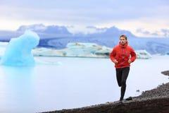 Laufender Mann - schleppen Sie Läufertrainings-Naturlauf Lizenzfreies Stockfoto
