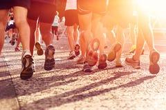 Laufender Marathon der Leute stockbild