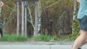 Laufender Marathon in der Stadt am Morgen Aktive Leute, die auf der Straße rütteln stock footage