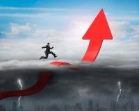 Laufender Pfeil des Geschäftsmannes, der oben Trendlinie mit sonnigem Sturm verbiegt Lizenzfreies Stockfoto