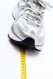 Laufender Schuh und Zentimeter lizenzfreies stockfoto