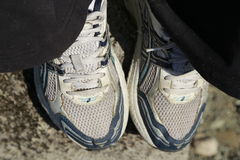 Laufender Schuh und Zentimeter Lizenzfreie Stockfotos
