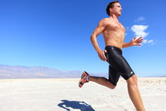 Laufender Sport des Athleten - Eignungsseitentrieb in der Wüste Lizenzfreies Stockfoto