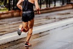 laufender Stadtmarathon des hinteren Läuferathleten Lizenzfreie Stockbilder