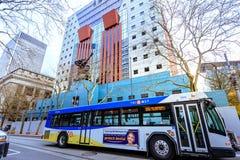 Laufender TriMet-Bus vor Portland-Gebäude in im Stadtzentrum gelegenem Por lizenzfreie stockfotos